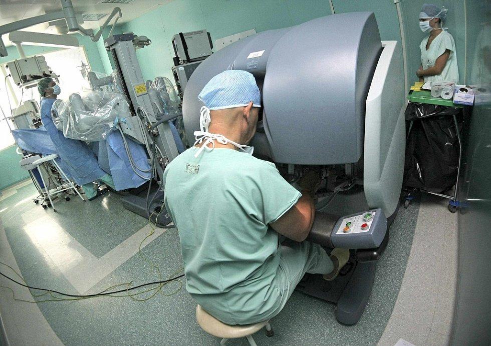 Odstranění prostaty s nádorem pomocí robotického systému da Vinci provedli u pacienta v Centru robotické chirurgie Nemocnice svaté Zdislavy v Mostištích u Velkého Meziříčí.