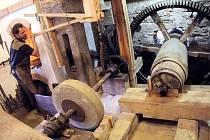 Vidět obří kladivo v Šlakhamru v provozu je velkým zážitkem pro malé i velké, práce na něm je pak zážitkem i pro samotné kováře, protože podobných funkčních zařízení je v naší republice pouze několik.