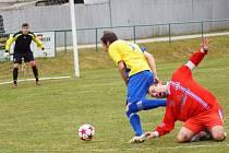 Nová Ves (ve žlutém) porazila v souboji dvou nejlepších týmů I. A třídy - skupiny B vedoucí Velké Meziříčí B 2:0.