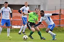 V posledním podzimním kole Moravskoslezské ligy vyhráli fotbalisté SFK Vrchovina 2:1 nad Blanskem (bílé dresy).