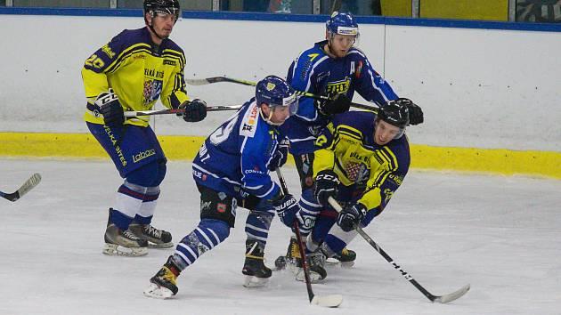 Hokejisté Velkého Meziříčí (v modrých dresech) doma v sobotu podlehli Uherskému Ostrohu 1:3.