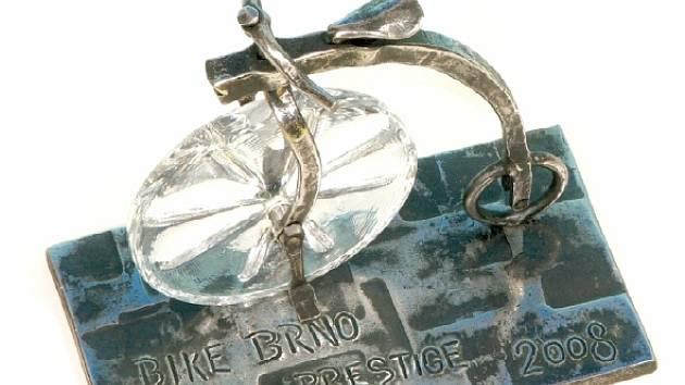 Originální cenu pro renomovanou soutěž Bike Brno Prestige vyrobil umělecký kovář z Dlouhého Josef Tulis.