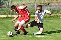 Už druhý rok za sebou vévodí fotbalisté Pelhřimova (v bílém dresu) krajskému přeboru Vysočiny. Postup do divize se ovšem zřejmě opět konat nebude.