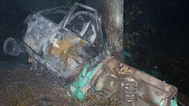 Autonehoda, kterou řidič zaplatil životem, se stala 1. října u Nového Města na Moravě. Vozidlo začalo po nárazu do stromu hořet. Mladík v autě zahynul.