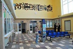 Hlavní část výpravní budovy žďárského vlakového nádraží.