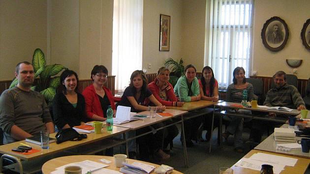 Na pravidelných schůzkách si členové Pracovní skupiny prevence rizikového chování v regionu Žďár nad Sázavou vyměňují informace, diskutují a vzájemně se vzdělávají.  Na snímku první setkání pracovní skupiny, které se odehrálo 27. dubna 2009 ve Žďáře.