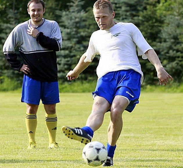Největší polenskou posilou se stal útočník Tomáš Kaplan. Při tréninku jeho práci s míčem sleduje spoluhráč Alexander Kovář.