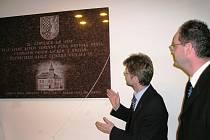 ŠEst  STOLETÍ MĚSTEM. To si připomínají obyvatelé Velké Bíteše také novou pamětní deskou, která byla odhalena ve vestibulu městského úřadu.