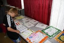 Dětské tvůrce omalovánek pro školáky v Keni ocenil ve Žďáře nad Sázavou i grafik a ilustrátor Jiří Fixl.