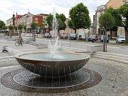 Nová kašna na náměstí Republiky ve Žďáře funguje od jara 2015. Vytvořil ji sochař Jiří Plieštik z mrákotínské žuly.