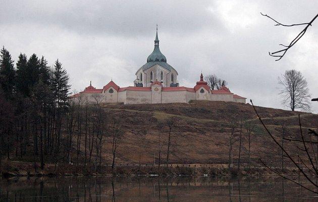 Kostel svatého Jana Nepomuckého se zbavil lesoparku. Dnes je vidět ta, jako před třemi staletími, kdy jej dokončil geniální architekt Jan Blažej Santini Aichl.