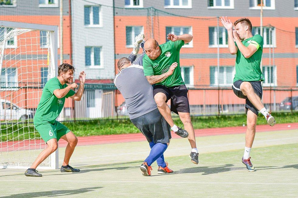 V taháku třetího kola Žďárské ligy malé kopané si Kozel Team (v zeleném) hravě poradil s celkem Benjaminu (v pruhovaném).