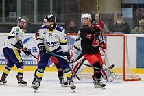 Hokejisté Šumperku (v bílých dresech) si ze Žďáru (v černých dresech) odvezli tři body za těsnou výhru 2:1.