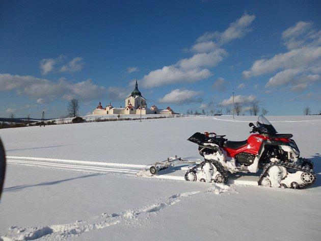 Když je sníh, potkáte Josefa Holemáře, jak upravuje běžkařské tratě kolem Žďáru nad Sázavou.