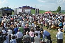 Poutní mše se bude konat v areálu nad kostelem. Vejdou se tam tisíce lidí.