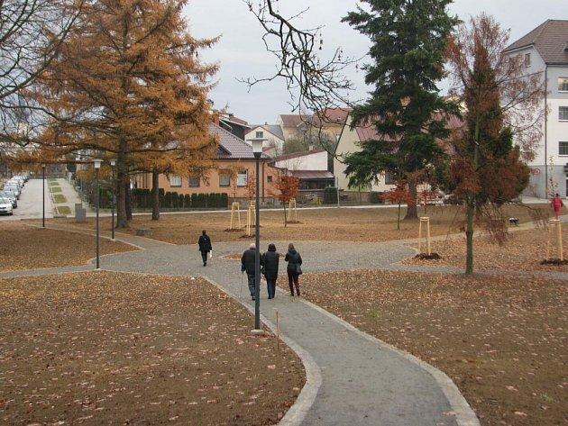 Park kolem sochy rudoarmějce ve žďárské Strojírenské ulici je už z větší části obnoven. Lidé při cestě přes něj mohou využívat nové cestičky, které v něm byly v předchozích měsících vybudovány.