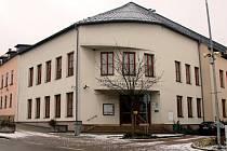 Všeobecná zdravotní pojišťovna se dlouhodobě snaží prodat svou budovu v Novém Městě na Moravě. V elektronické aukci ji zájemce vydražil za více než 15 milionů korun. Město, které má předkupní právo, zvažuje její využití.