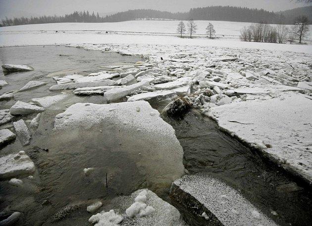 Na řece Svratce v Unčíně a Dalečíně.