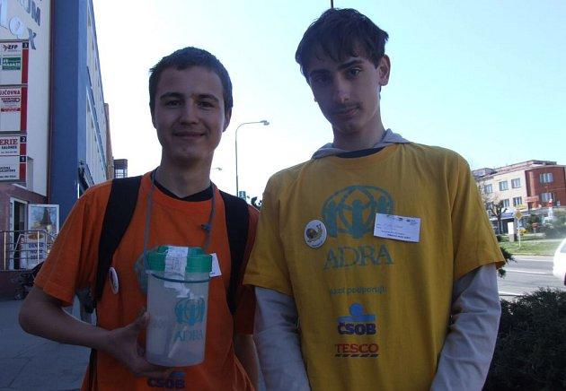 Studenti Biskupského gymnázia, Vašek a Dominik, se aktivně zapojili do humanitární akce Pomáhat může každý.
