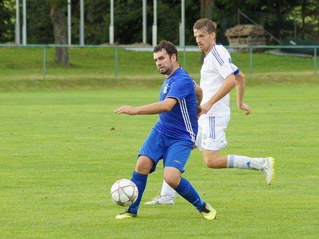 Stoper Nové Vsi Jiří Krejčí (v modrém) v sobotním derby  v Bystřici dvakrát zachraňoval svůj tým v posledním okamžiku, jednou na brankové čáře, od inkasované branky.
