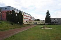 Areál hřiště za budovou Základní školy Švermova 4 ve Žďáře nad Sázavou má svá nejlepší léta za sebou. Žáci běhají po atletickém ovále, který postupně zarůstá trávou. Obnovu by zasloužilo i zázemí pro skok do dálky.