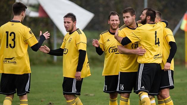 Fotbalisté Hamrů (ve žluto-černém) v posledním podzimním kole deklasovali Jaroměřice 8:0.