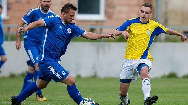 V nedělním finálovém utkání krajského poháru Vysočiny jsou fotbalisté Nové Vsi (ve žlutých dresech) horkým favoritem.