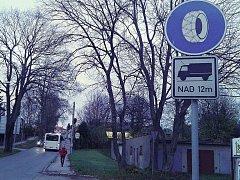 Jedním z úseků osazených značkou Sněhové řetězy je silnice ze Žďáru do Sněžného.