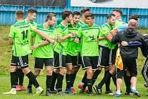Přibližně takovou radost jako na tomto snímku měli po závěrečném hvizdu na stadionu Hlučína po páteční výhře 2:1 fotbalisté Nového Města na Moravě.