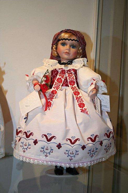 Krojované panenky mohou zájemci uvidět od 10. března v Košumberku v Lužích.