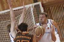 Hlavními tahouny v zápase s Teslou Pardubice byli bránící Tomáš Vavřínek (vlevo) a Rostislav Veselý (vpravo), kteří dohromady nastříleli 33 bodů.