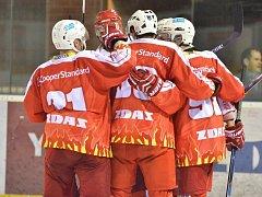 Šestkrát se radovali z gólu žďárští hokejisté v domácím utkání proti Vrchlabí. Přestože vedli 5:2 a tři minuty před koncem ještě 6:4, vítězství slavili nakonec hosté.