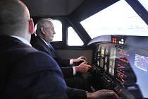 Prezident Miloš Zeman si vyzkoušel trenažér v Jihlavan airplanes.