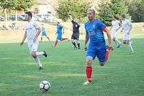 Útočník Radešínské Svratky Ivo Plhal (v modrém dresu) s fotbalem ještě končit nehodlá.