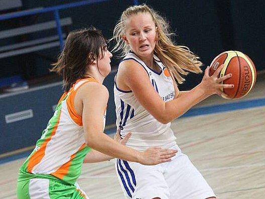 Basketbalová extraliga juniorek se do Žďáru vrátila po osmnácti letech. Hráčky zatím na úvodní výhru čekají. V sobotu podlehli Žabinám Brno (v zeleném).