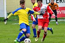 Fotbalisté Nové Vsi (u míče záložník František Nečas) si třetí  sezonu po sobě zahrají o triumf v Krajském poháru Vysočiny.