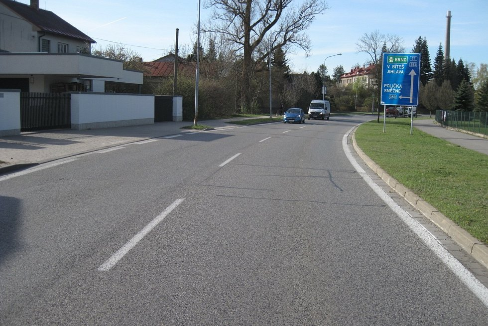 Ve Žďáře nad Sázavou opravují povrch silnice I/37.