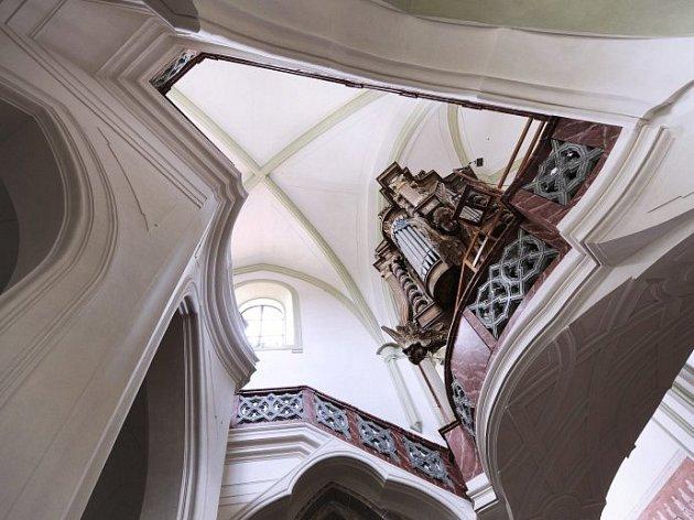 Santiniho stavby na Vysočině - detail vnitřku žďárské baziliky Nanebevzetí Panny Marie, kterou Santini jako konventní kostel přestavěl.