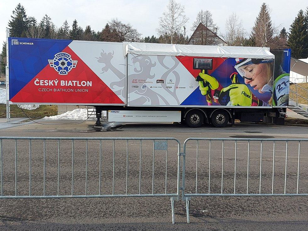 Opuštěný areál Vysočina Areny při závodech Světového poháru biatlonistů 2021.