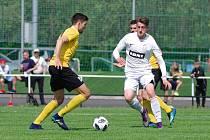 V sobotním domácím utkání proti Rosicím (ve žlutých dresech) tahali fotbalisté Žďáru (v bílém) za kratší konec provazu.