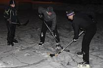Veřejné osvětlení v těsné blízkosti rybníka umožňuje v Rokytně na Novoměstsku také večerní hraní oblíbeného hokeje.