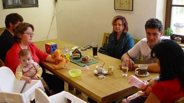 Oba páry (vlevo rodina Čermákova) živě debatovaly s psycholožkou Olgou Hinkovou (na snímku uprostřed). Děti měly ustolu také své židličky.