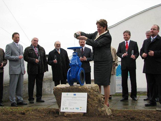 Slavnostně byla zahájena rekonstrukce úpravny vody u vodní nádrže v Mostištích. Předsedsedkyně představenstva Svazu vodovodů a kanalizací Žďársko Dagmar Zvěřinová sektem pokřtila vodárenské šoupě. Stavbu bude provádět pražská firma SMP CZ, která loni na p