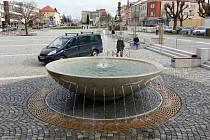 Centrum Žďáru nad Sázavou s novou kašnou u Staré radnice.