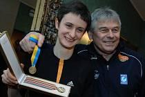 Martina Sáblíková s trenérem ukazují zlatou medaili z Nagana