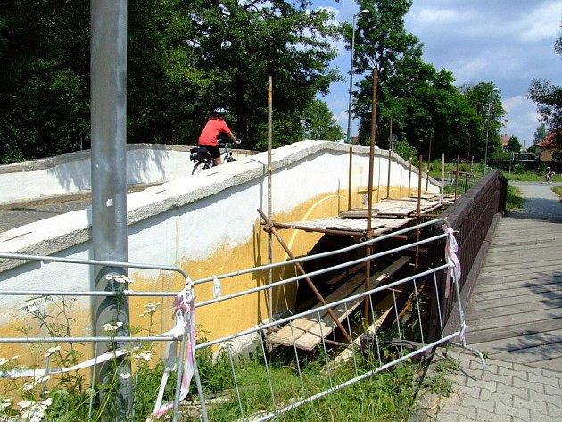 Poslední úpravy čekají nyní rekonstruovaný historický most ve žďárské Dvorské ulici.