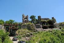 Statické zajištění zříceniny hradu Zubštejna by mělo být dokončeno letos na podzim. Nejmarkantnější změnou, která upoutá na první pohled, je nová dřevěná lávka, jež turisty dovede až do hradního paláce. Foto: Městský úřad Bystřice nad Pernštejnem