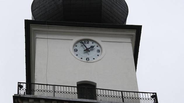 Obyvatelé i návštěvníci Žďáru nad Sázavou už nyní přečtou přesný čas na cifernících na věži farního kostela svatého Prokopa. Generální oprava hodinového stroje a číselníků je s definitivní platností u konce.