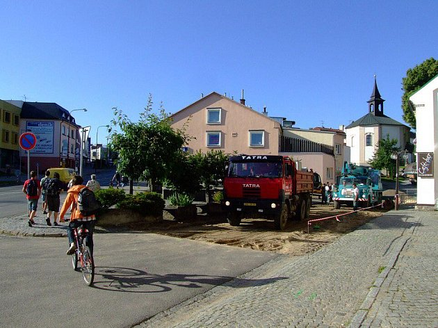 V plném proudu již je oprava Havlíčkova náměstí ve Žďáře nad Sázavou. Hned na počátku stavebních prací přitom dělníci narazili na starou štolu, kterou si mají co nejdříve prohlédnout také archeologové.