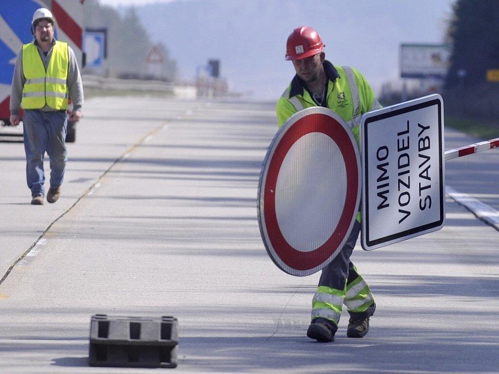 V zúžených částech dálnice platí režim střídavé jízdy, který má zamezit souběžné jízdě aut v obou pruzích. Řidiči mohou v těchto úsecích jezdit jen tak, aby nejela dvě vozidla vedle sebe.
